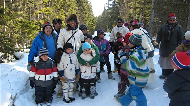 Le Dr Stanley Vollant est entouré d'enfants et d'adultes autochtones dans la forêt