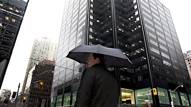 Un passant avec un parapluie