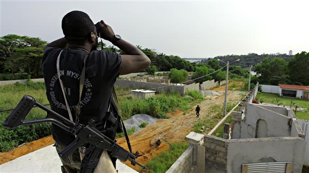 Un soldat pro-Ouattara observe la situation à proximité de la résidence de Laurent Gbagbo, le 6 avril 2011.