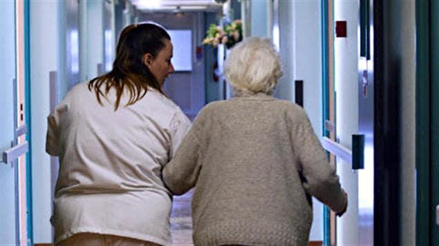 Une infirmière et une personne âgée
