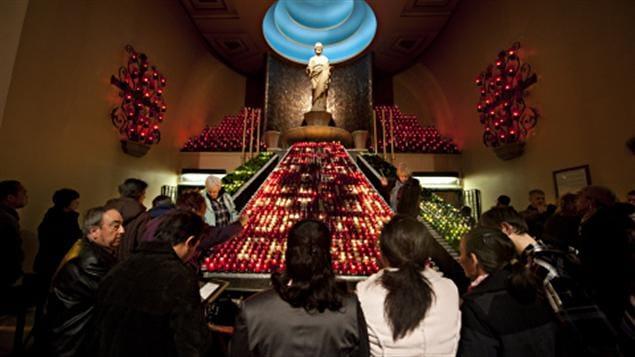 Des fidèles se recueillent à l'oratoire Saint-Joseph.