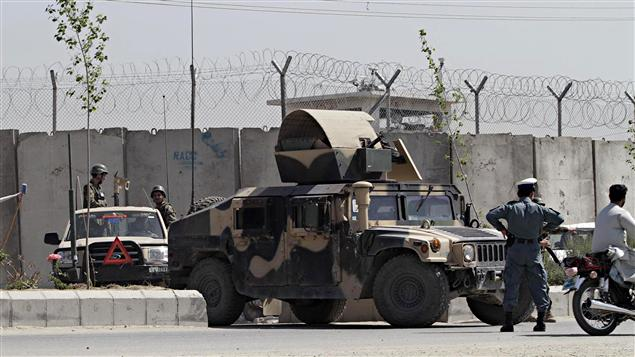 L'armée afghane monte la garde après que 500 détenus se soient évadés de la prison de Kandahar.