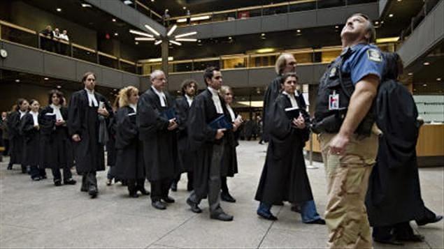 Manifestation silencieuse de juristes et de procureurs au palais de justice de Montréal, le 8 février 2011.