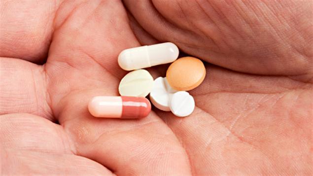 Des pilules différentes au creu d'une main
