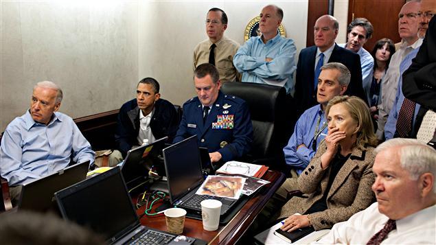 La Maison-Blanche a publié cette photo montrant le président Obama suivant les opérations à la Maison-Blanche dimanche.