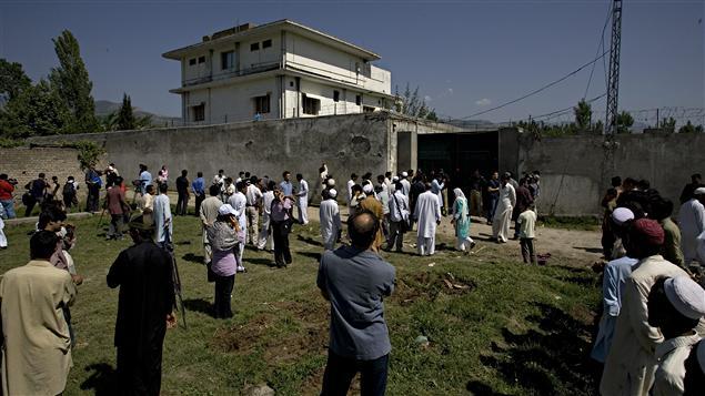 Des Pakistanais d'Abbottabad se massent mardi devant le complexe où a été tué Oussama ben Laden.