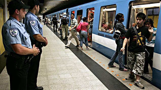 Des policiers dans le métro de Montréal