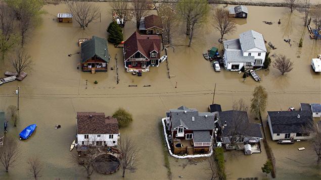 Des maisons inondées le long de la rivière Richelieu