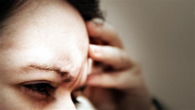 Une femme souffre de la migraine