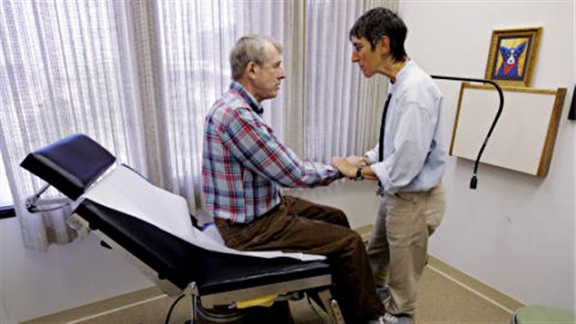 Médecin de famille avec une personne âgée