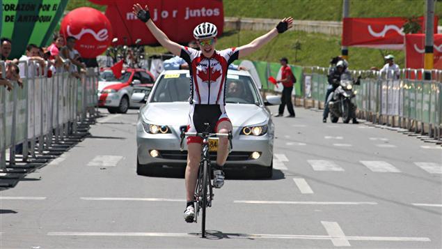 Clara Hughes lors de sa victoire durant le contre-la-montre des Championnats panaméricains de cyclisme le 6 mai en Colombie.