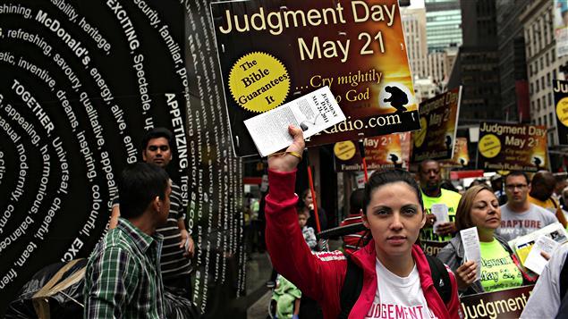 Des adeptes du prédicateur Harold Camping annoncent la fin du monde sur un coin de rue à New York, le 13 mai 2011.