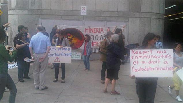 Des manifestants se sont réunis devant le Palais des congrès de Montréal pour dénoncer les activités des sociétés minières.