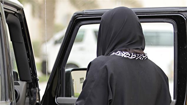 Une femme prend place à bord d'une voiture en Arabie saoudite