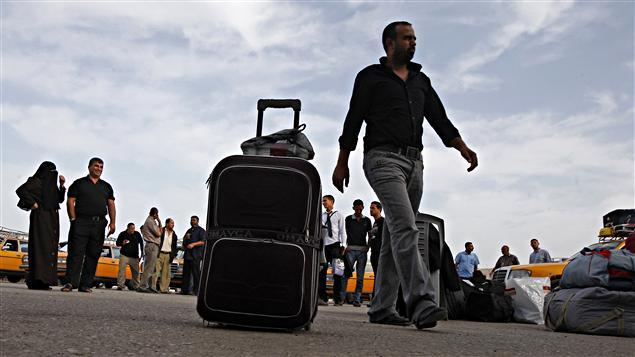 Des Palestiniens se préparent à franchir le point de passage de Rafah.
