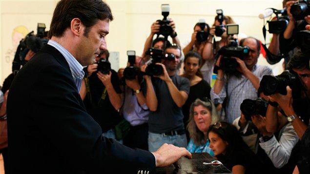 Le chef de la droite portugaise,  Pedro Passos Coelho, vote devant les objectifs des médias portuguais