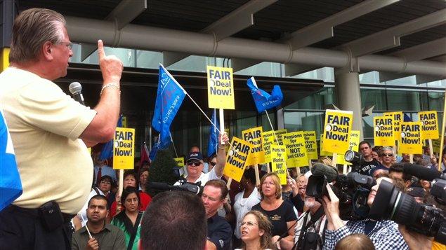 Ken Lewenza, le président des TCA, s'adresse aux manifestants