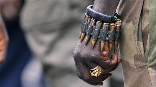 Un soldat des Forces Républicaines de Côte d'Ivoire portant un bracelet de munitions.
