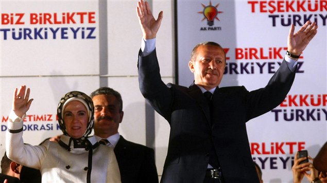 Le premier ministre turc réélu Recep Tayyip Erdogan et son épouse Emine célèbrent la victoire devant les bureaux du Parti de la justice et du développement (AKP) à Ankara.