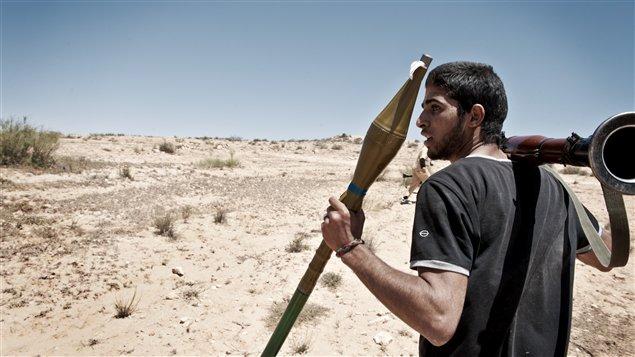 Un combattant rebelle transporte un lance-roquettes lors de combats dans les montagnes Nefusa de l'ouest de la Libye.