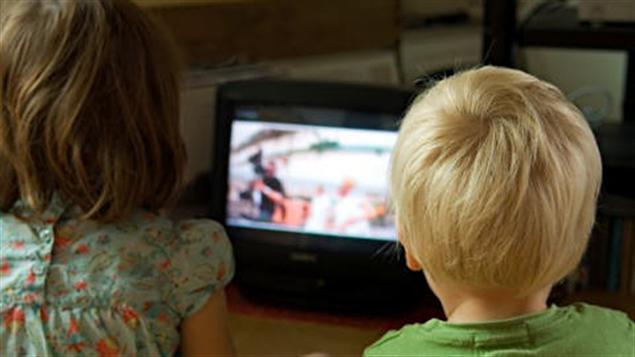 Des enfants regardent la télévision