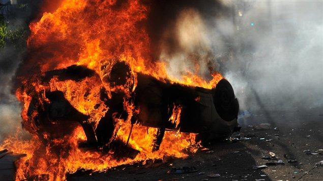 des casseurs ont mis feu à une voiture