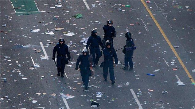 Des policiers aux milieux des débris