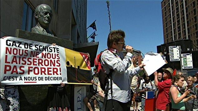 Manifestation contre l'exploitation du gaz de schiste au centre-ville de Montréal