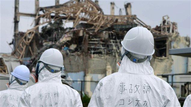 Des experts à la centrale de Fukushima