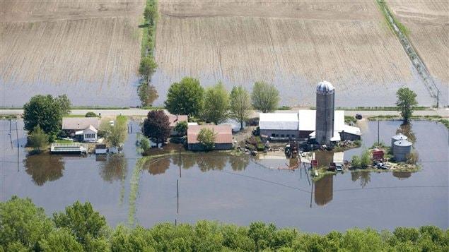Vue aérienne d'un secteur inondé près de Saint-Jean-sur-Richelieu, le 6 juin 2011