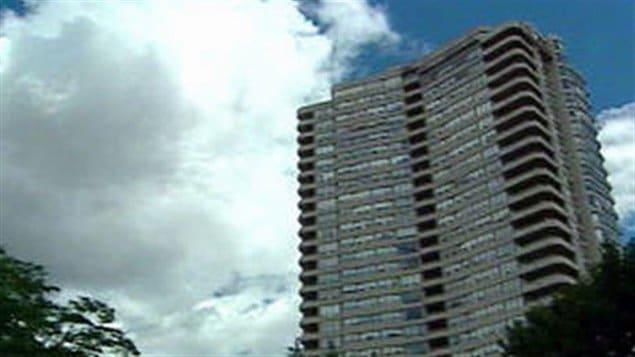 L'édifice dans lequel le triple meurtre a été commis.