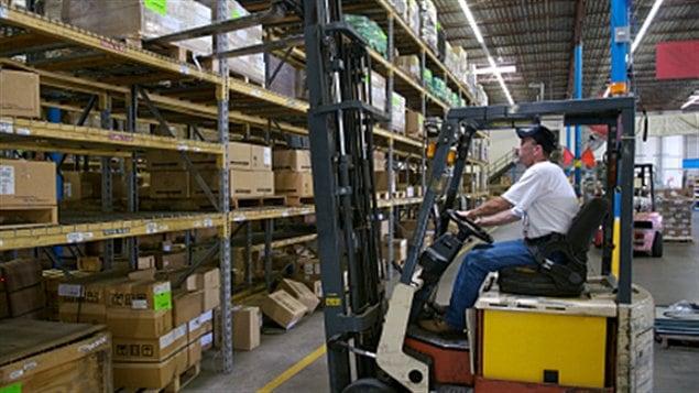 Travailleur opérant un monte-charge (archives)