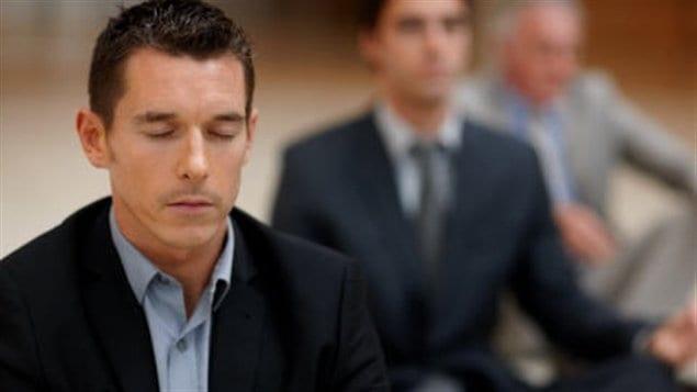 Des hommes méditent.
