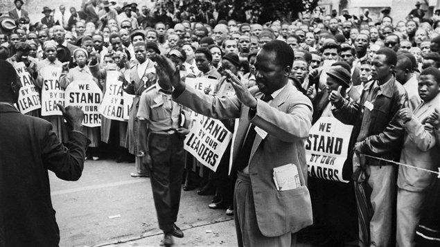 Des millitants anti-apartheid manifestent à Johannesbourg, en 1956.