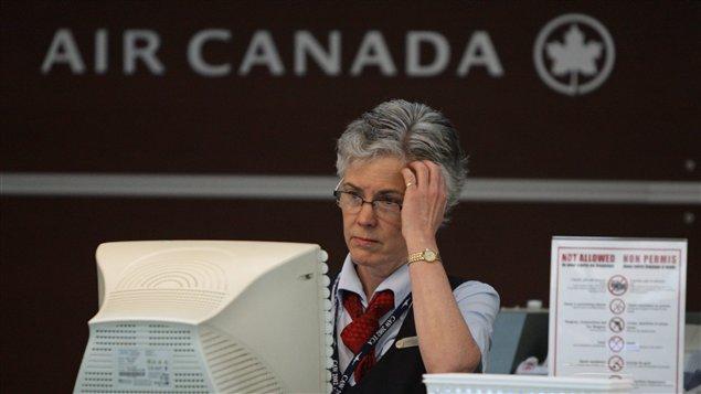 Une employée d'Air Canada à l'aéroport international de Vancouver (juin 2008)