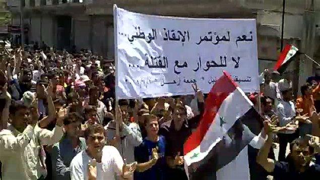 Image tirée d'une vidéo publiée sur YouTube, montrant des manifestants à Kafr Nabel, dans le nord-ouest de la Syrie, le 1er juillet 2011.