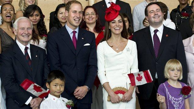 Le gouverneur général David Johnston (à gauche), le couple princier et le ministre de l'Immigration Jason Kenney (à droite) posent avec de nouveaux citoyens canadiens, vendredi matin.