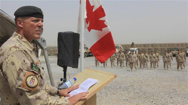 Le commandant des forces canadiennes en Afghanistan, le brigadier-général canadien Dean Milner, prononce un discours durant la cérémonie de transfert des pouvoirs, le 5 juillet 2011.