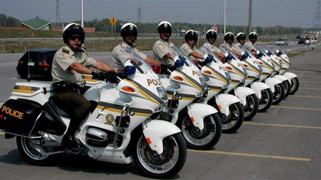 L'été, des policiers de la Sûreté du Québec travaillent avec des motocyclettes.
