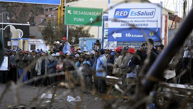 Des Péruviens manifestent contre la minière canadienne Beer Creek.