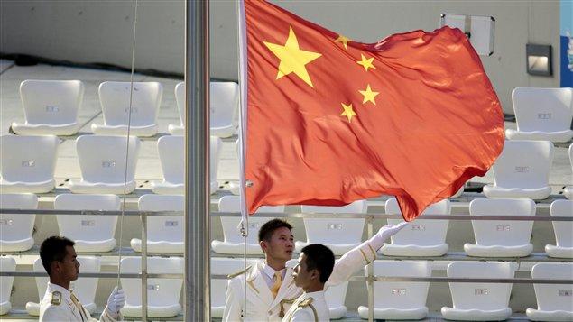 Le drapeau chinois est hissé pour la victoire de Qiu Bo et Huo Liang.