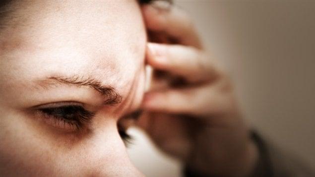Une femme souffre d'un mal de tête
