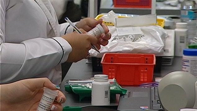 Des pharmaciennes au travail