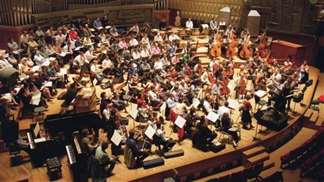 Vue de l'orchestre national de France, conduit par Charles Dutoit (Paris, 23 avril 2000)
