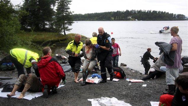 Des secouristes viennent en aide à des blessés de la fusillade en Norvège.