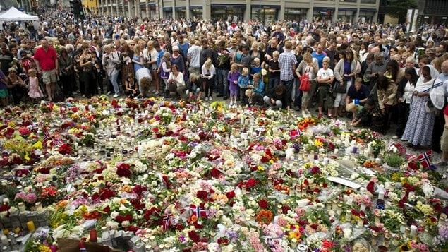 Des Norvégiens rendent hommage aux victimes des attaques, à Oslo.