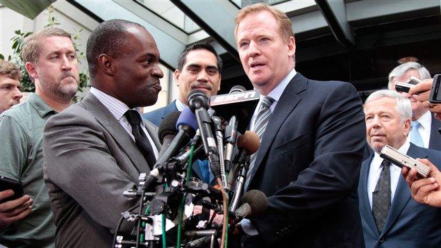 DeMaurice Smith, le directeur général de l'Association des joueurs de la NFL, et Roger Goodell, le commissaire de la NFL
