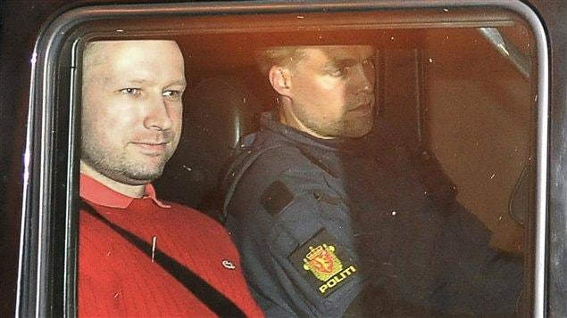 Le suspect Anders Behring Breivik quitte le tribunal