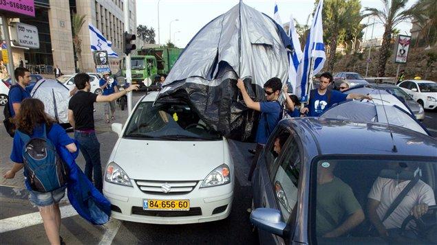 Des manifestants bloquent la circulation automobile pour protester contre la hausse du prix des logements à Tel-Aviv, le 21 juillet 2011.