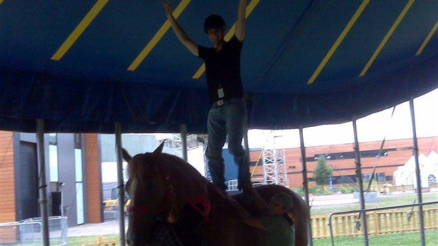 Dominic Brassard se fait acrobate avec sa partenaire Mimi, un cheval belge géant.